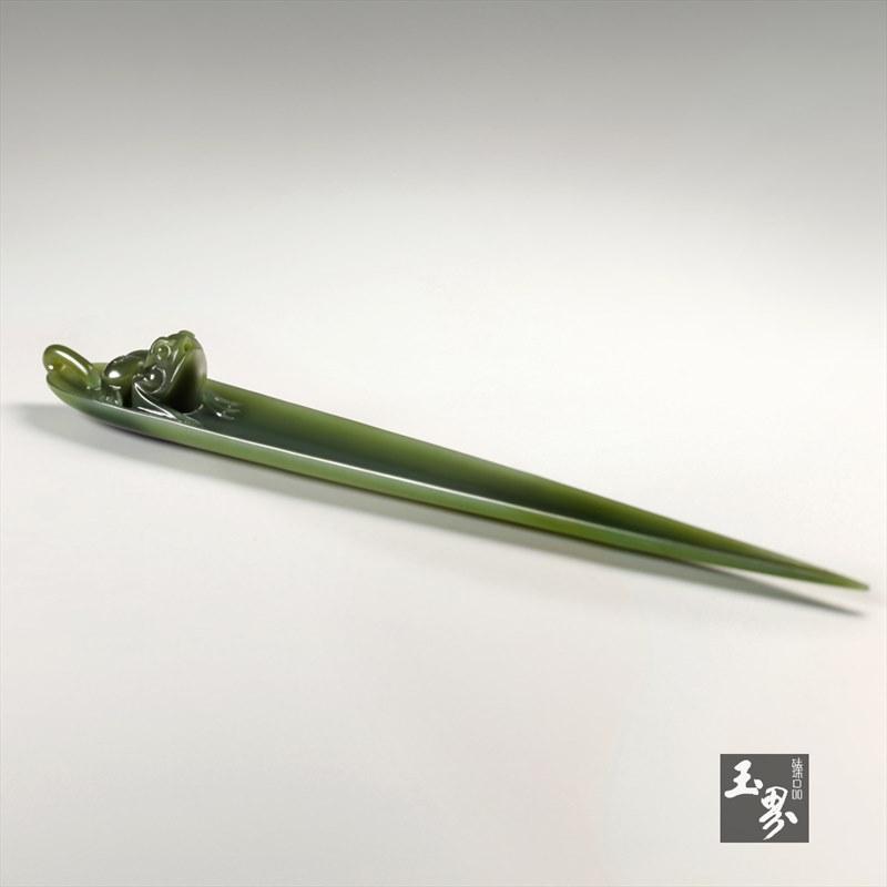 青玉香插-竹叶蛙趣